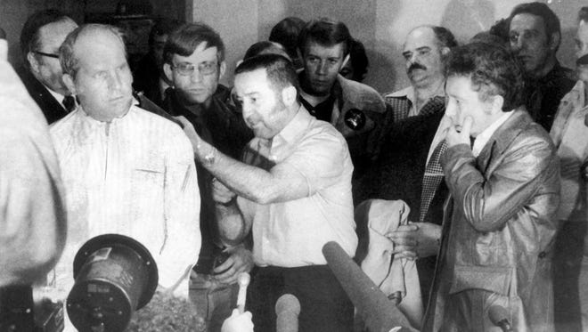 Tony Kiritsis holds a shotgun to hostage Richard Hall's head at a profanity-laced news conference Feb. 10, 1977.