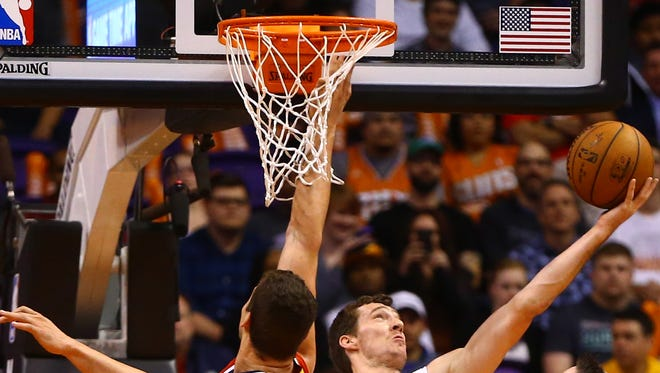 Phoenix Suns guard Goran Dragic (1) drives to the basket in the first half against the Washington Wizards.