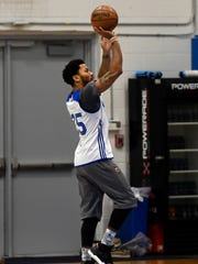 New York Knicks guard Derrick Rose practices in the