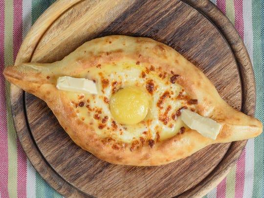 Khachapuri Adjaruli (Georgia): Fluffy, crunchy, pizza
