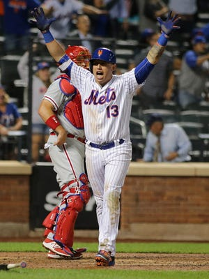 Asdrubal Cabrera (13) reacts after hitting a walk-off home run to lift the Mets past the Phillies.