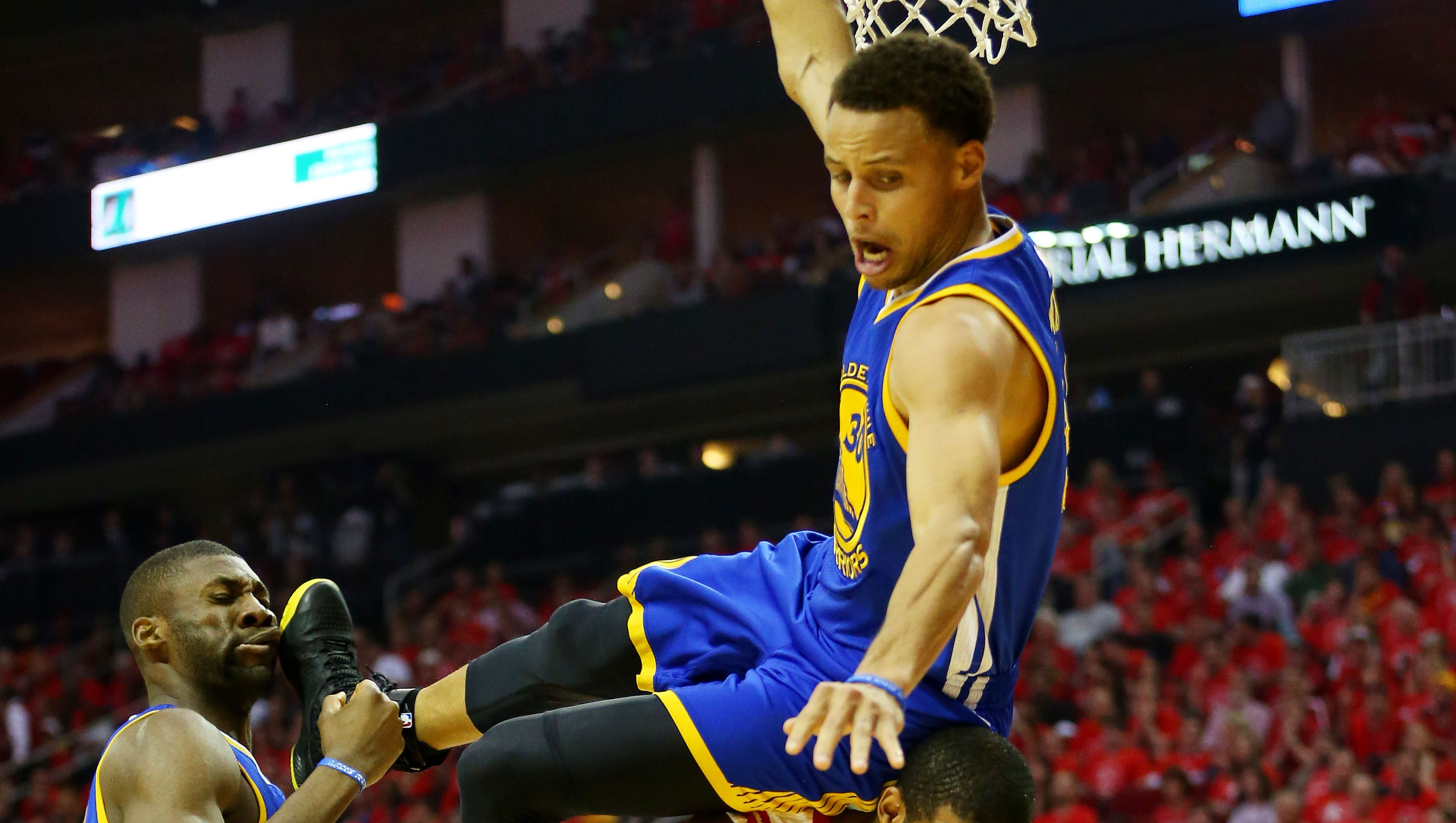 Stephen Curry suffers head contusion after scary fall in ...