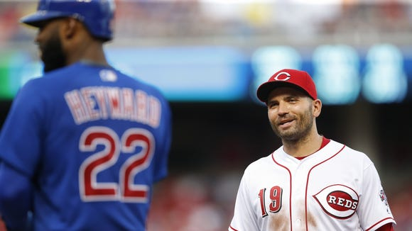 Reds first baseman Joey Votto (right) talks with Cubs