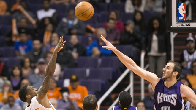 The Suns' Eric Bledsoe puts up a shot as the Kings' Kosta Koufos defends during the third quarter of the NBA game at Talking Stick Resort Arena in Phoenix on Wednesday, November 4, 2015.
