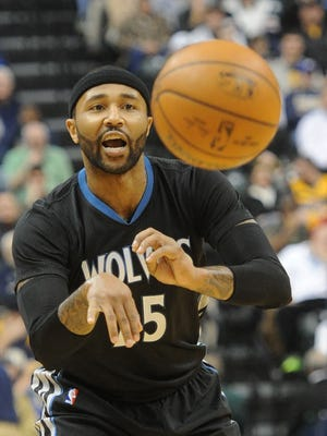 Minnesota Timberwolves guard Mo Williams (25) passes against the Indiana Pacers  at Bankers Life Fieldhouse.