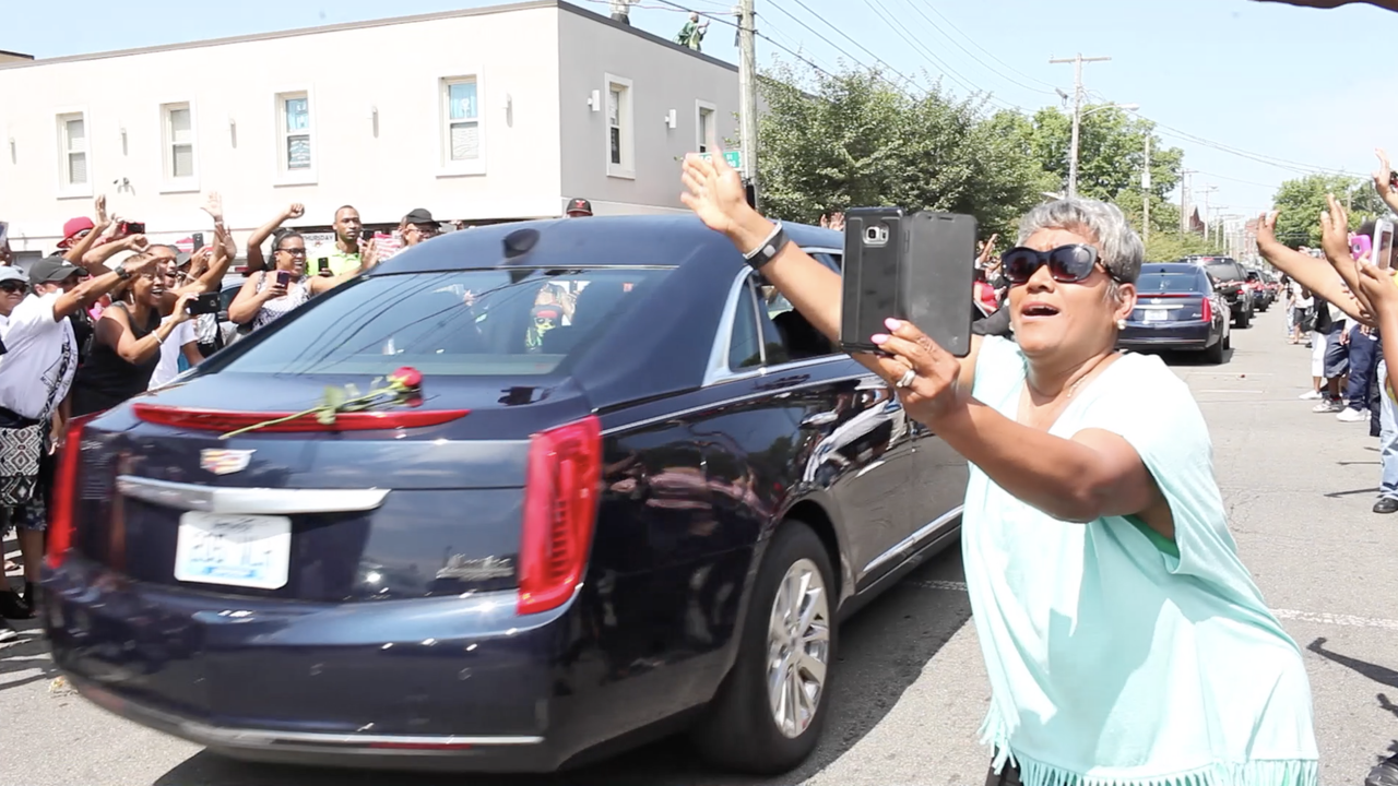 Muhammad Ali fans get close as funeral procession passes