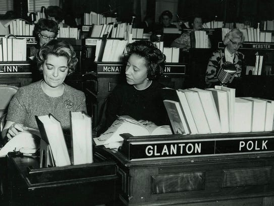Willie Stevenson Glanton, center, talks to a clerk