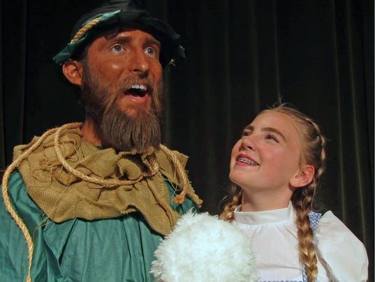 636632982359926334-Dorothy-and-Scarecrow.jpg