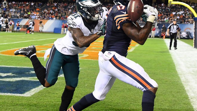 Alshon Jeffery, right, can't come down with the touchdown catch last season in a game against the Eagles. Jeffery signed with the Eagles on Friday.