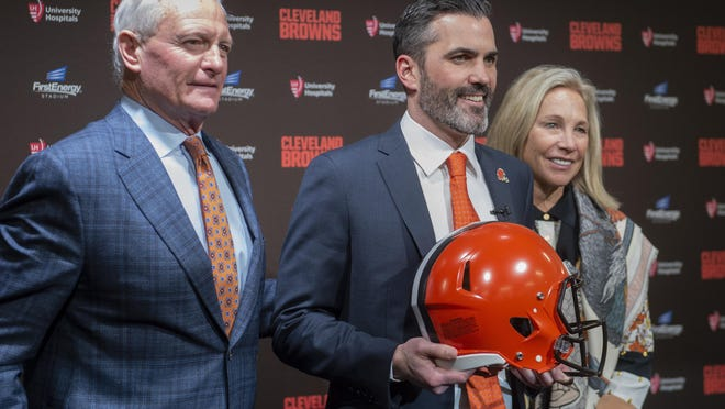 Jimmy, left, and Dee Haslam owners of the NFL Cleveland Browns stands with new head coach Kevin Stefanski after a news conference at FirstEnergy Stadium in Cleveland, Tuesday, Jan. 14, 2020.