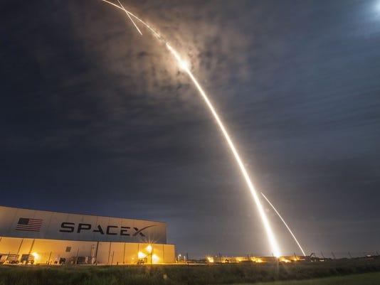 636221729448182634-spx-crs9-launch-land-streak-kscview.jpg