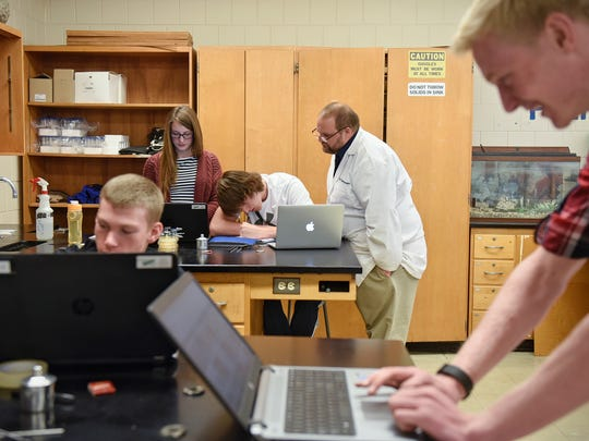 Instructor Jesse Rasmussen works with students during
