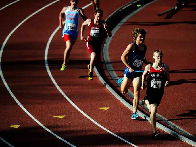 Brandon Valley's Jakob Hanna leads the pack during the boys class AA 4x800-meter relay event during the Dakota Relays on Friday, May 2, 2014, at Howard Wood Field in Sioux Falls. (Joe Ahlquist / Argus Leader)