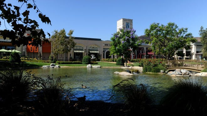 Hear live music at The Lakes at Thousand Oaks.