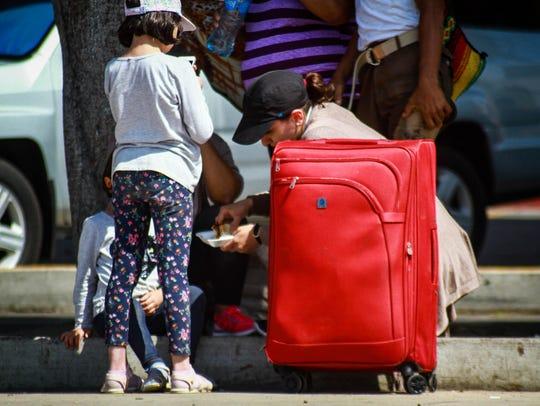 Una ola inmigrante fluye interminable a la fronteriza