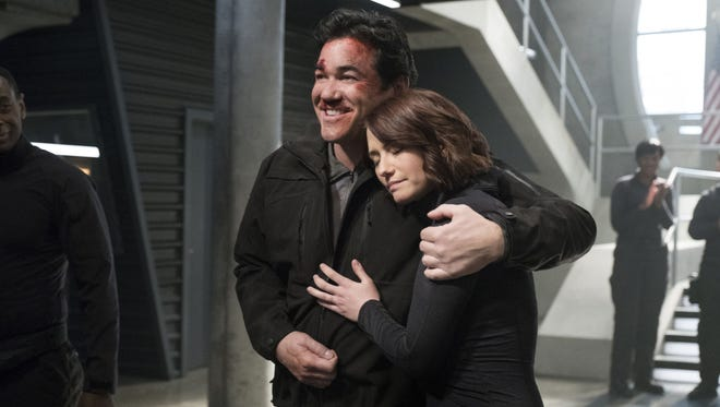 Dean Cain as Jeremiah Danvers and Chyler Leigh as Alex Danvers in the CW's 'Supergirl.'