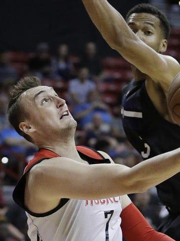 Houston Rockets forward Sam Dekker (7) shoots around