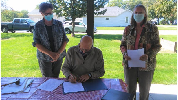 The Carroll Jo Daviess Daughters of the Revolution met to sign the Constitution Week proclamation on Sept. 19 at Lanark City Park. Pictured, from left: Linda Thayer, Lanark Mayor Ken Viglietta and Connie Foster.