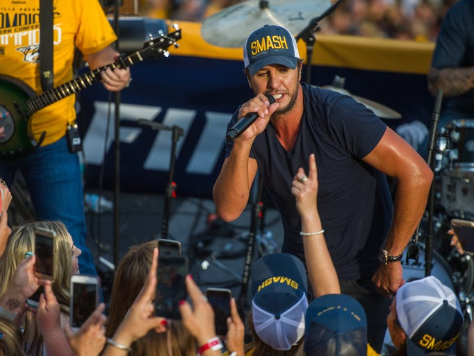 Luke Bryan kicks off the broadcast for Stanley Cup