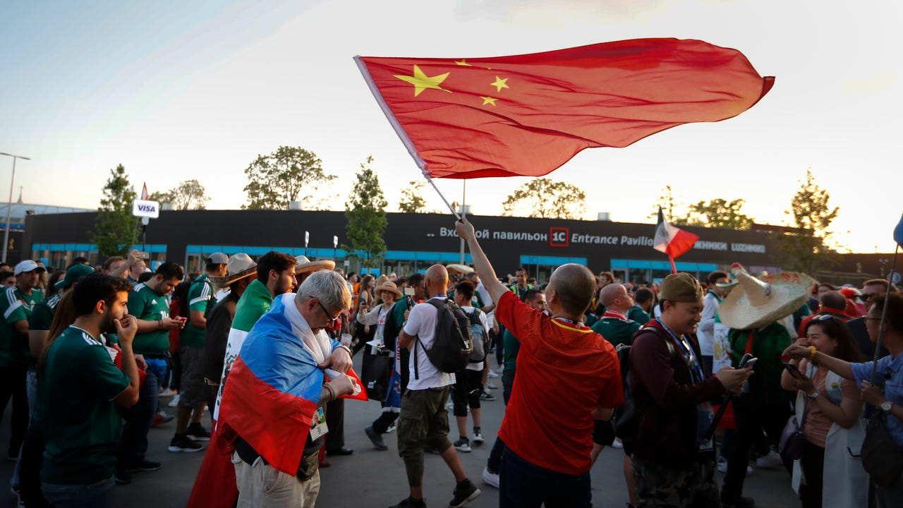Though almost invisible at previous tournaments, Chinese fans are impossible to miss at this year's World Cup. Russian stadiums are filled with with droves of dedicated fans. (June 21)