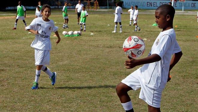 Niños cubanos participan hoy, miércoles 16 de noviembre del 2016, en una clínica de fútbol impartida por entrenadores de la Fundación Real Madrid en La Habana (Cuba).