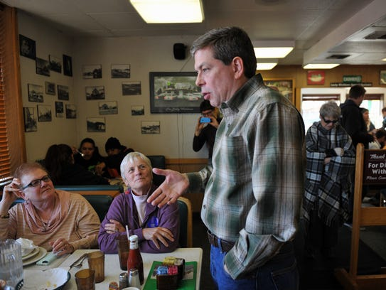 Sen. Mark Begich, D-Alaska speaks to a table of diners