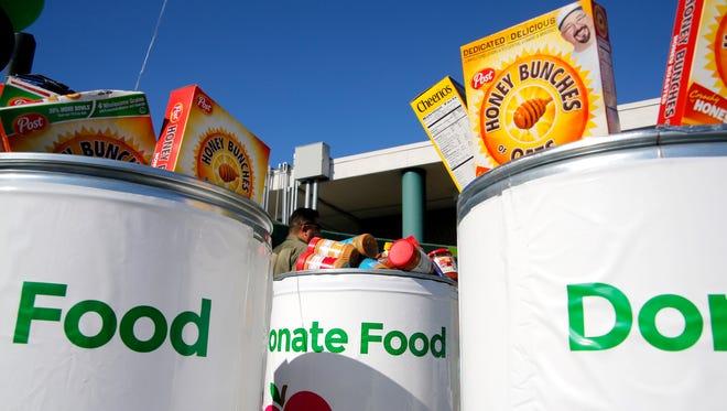 En esta foto de archivo, los estudiantes de la preparatoria Alisal High recaudaron 16,000 libras de alimentos para donar al Banco de Alimentos del Condado de Monterey.