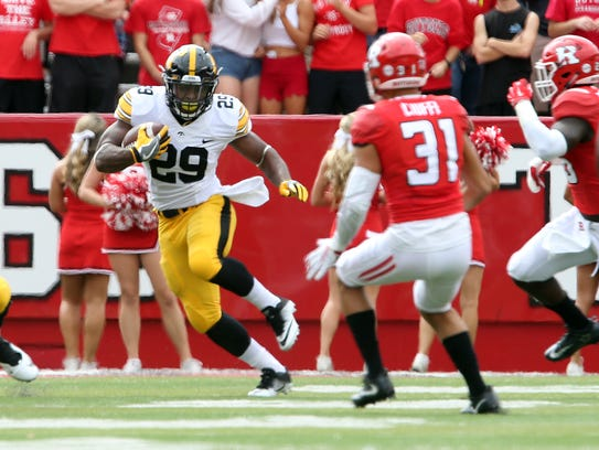 LeShun Daniels Jr. (29) and the Hawkeyes have won eight