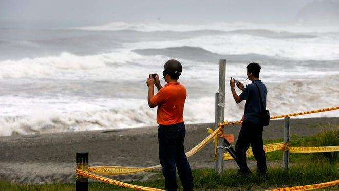 Taiwanese residents view waves at the coastline as typhoon Nepartak moves towards Taiwan, at the shoreline of Yilan, Taiwan, July 7, 2016.