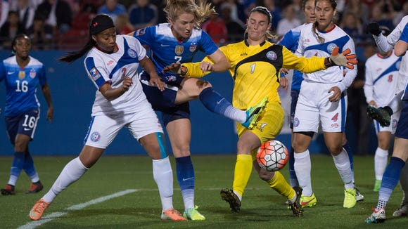 Flash midfielder Samantha Mewis, in blue in middle, vies with two Puerto Rico playuers while playing for the United States in February.