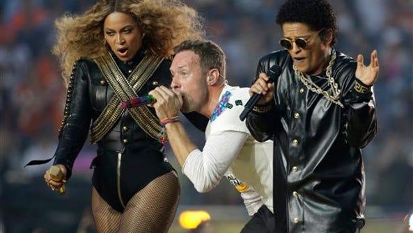 Beyoncé, el cantante de Coldplay Chris Martin y Bruno