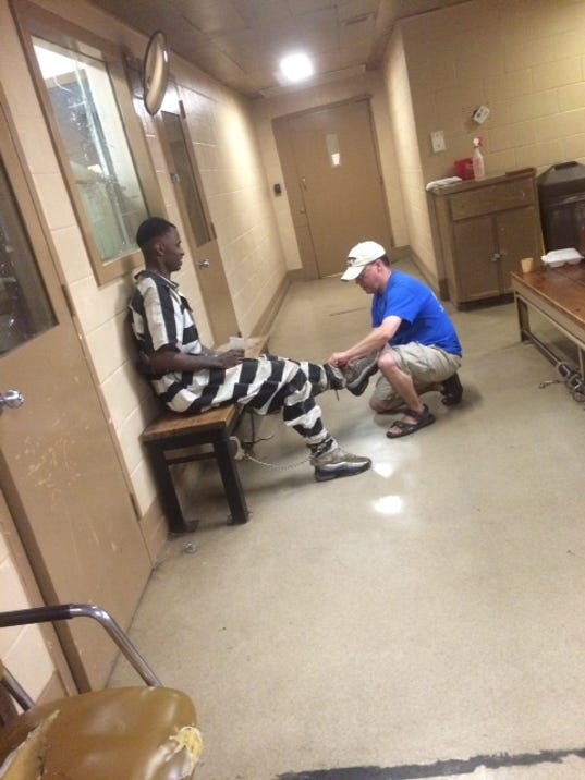 635667082493522469-Gregory-West-getting-shackled-at-SLSO-jail