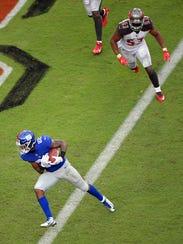 New York Giants running back Wayne Gallman (22) scores