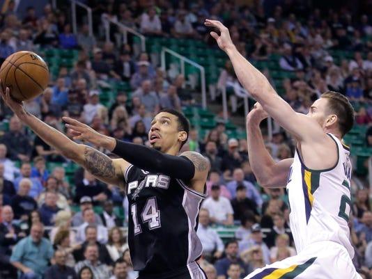 San Antonio Spurs guard Danny Green (14) shoots as Utah Jazz forward Gordon Hayward, right, defends during the first half of an NBA basketball game Wednesday, April 12, 2017, in Salt Lake City. (AP Photo/Rick Bowmer)