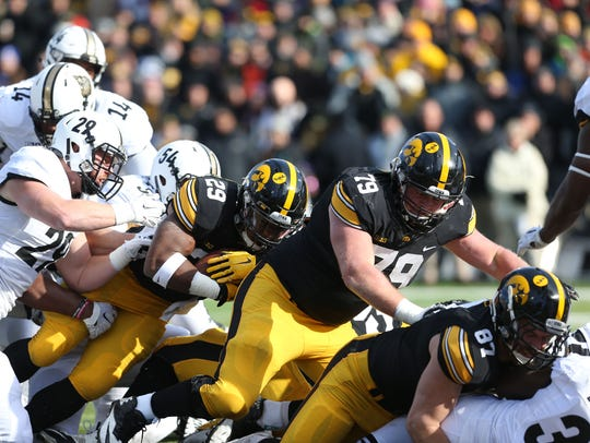 Iowa Hawkeyes running back LeShun Daniels Jr. (29)