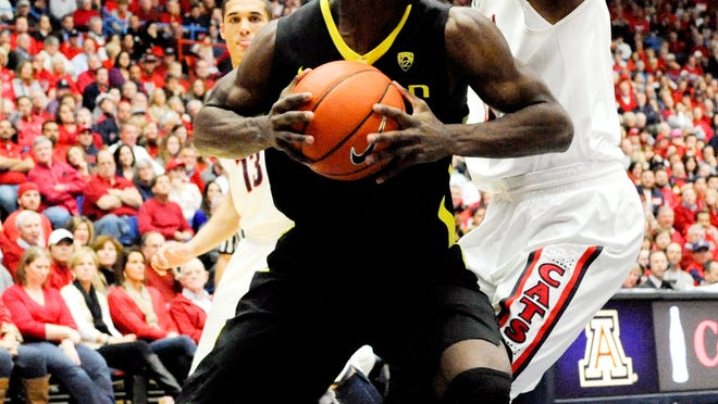 Oregon Ducks guard Damyean Dotson (21) is defended by Arizona Wildcats forward Rondae Hollis-Jefferson (23) during the first half at McKale Center.