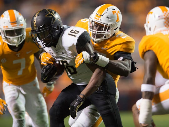 Tennessee linebacker Daniel Bituli (35) takes down