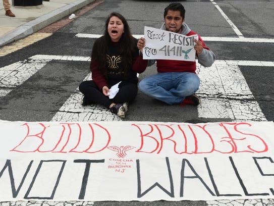 Dreamers protestan a favor del DACA a las afueras de