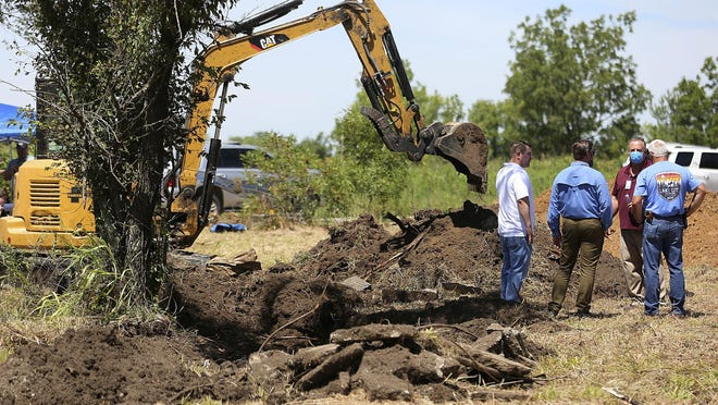 Workers and law enforcement personell searched an area in Picher, Ok. for Lauria Bible and Ashley Freeman Tuesday, Aug. 18, 2020. The two have been missing for 20 years after allegedly being abducted from Freeman's Welch, Okla. home. MIKE SIMONS/Tulsa World