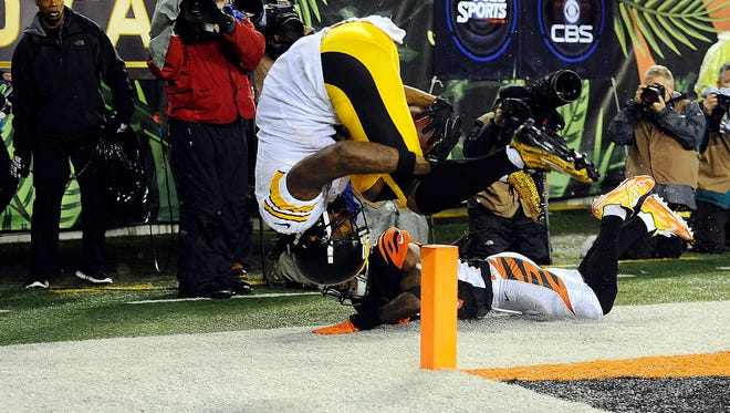 Pittsburgh Steelers wide receiver Martavis Bryant (10) makes a touchdown catch over Cincinnati Bengals cornerback Dre Kirkpatrick (27) during the third quarter in the AFC Wild Card playoff football game at Paul Brown Stadium.
