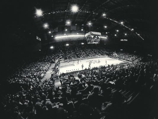 1985 Press Photo Crowd at Milwaukee Sports Arena in Wisconsin