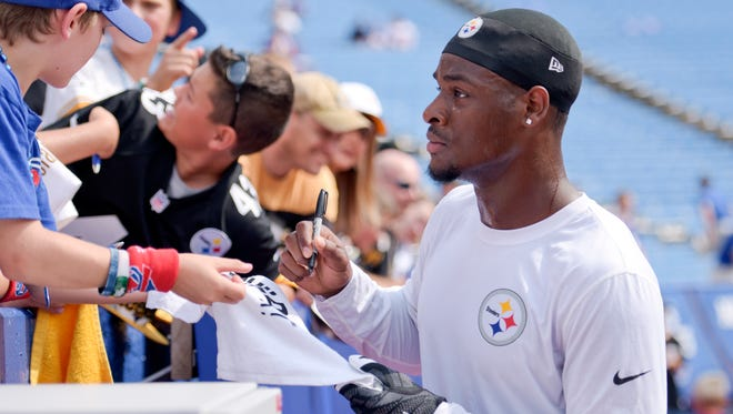 Pittsburgh Steelers running back Le'Veon Bell  signs autographs Aug. 29, 2015, in Orchard Park, N.Y.
