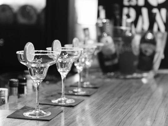 635844821601507912-black-and-white-alcohol-bar-drinks.jpg
