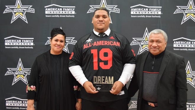 Siaki Ika presented his parents with his Dream Champion Award. (Photo: AAG)