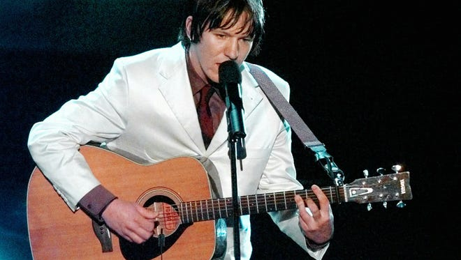"Elliott Smith sings ""Miss Misery"" in 1998."