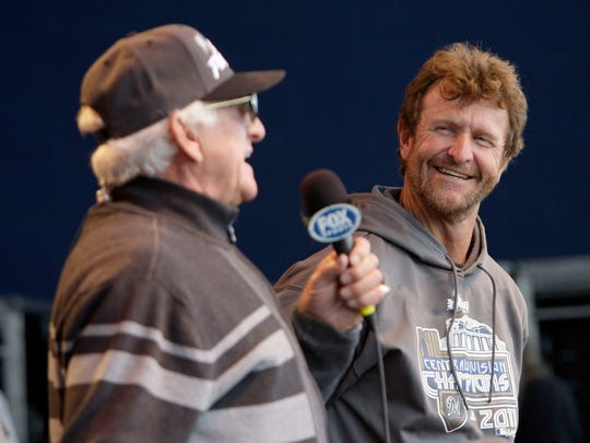 Bob Uecker jokes around with Robin Yount during an
