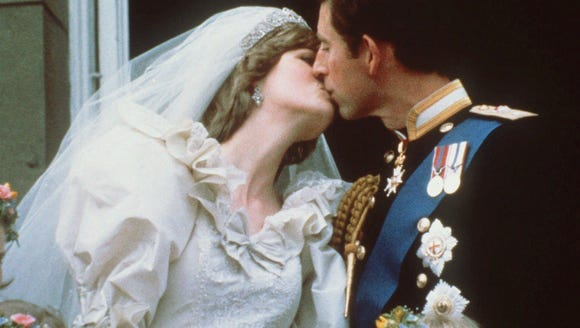 Diana and Charles kiss on the balcony of Buckingham