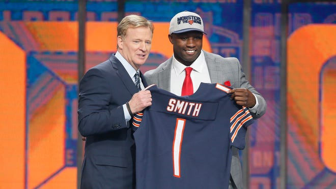 Roquan Smith (Georgia) with NFL Commissioner Roger Goodell after being selected as the No. 8 overall pick by the Chicago Bears.