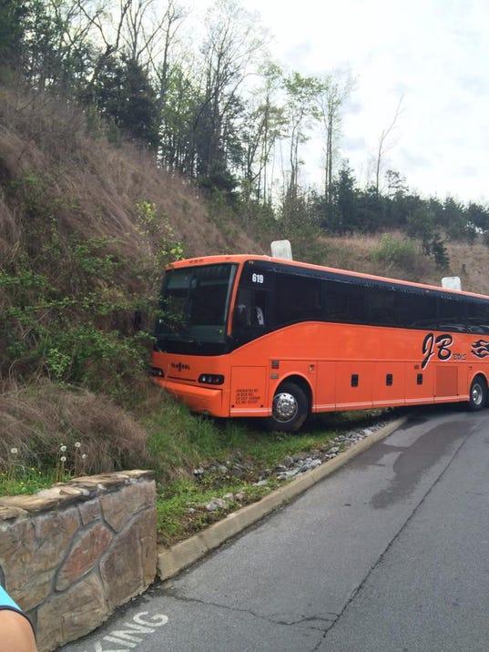635649629702006890-bus