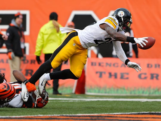 Pittsburgh Steelers running back Le'Veon Bell (26) scores a touchdown in the second half against the Cincinnati Bengals at Paul Brown Stadium.